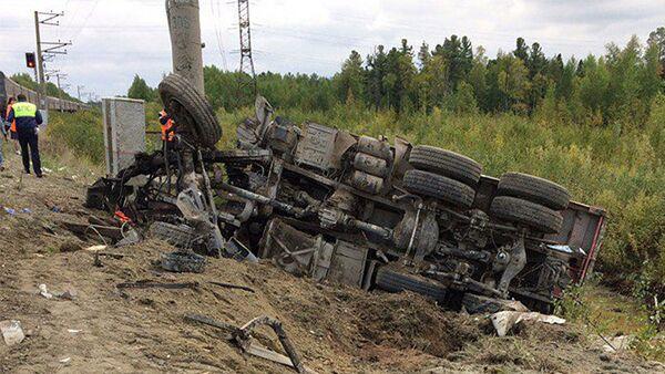 На месте столкновения пассажирского поезда с грузовиком на железнодорожном переезде в Нижневартовском районе Ханты-Мансийского автономного округа - Sputnik Азербайджан
