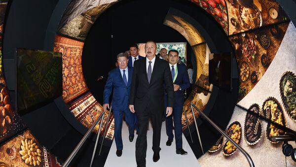 Президент Ильхам Алиев ознакомился с павильонами Азербайджана и Казахстана на выставке Expo 2017 Astana - Sputnik Азербайджан