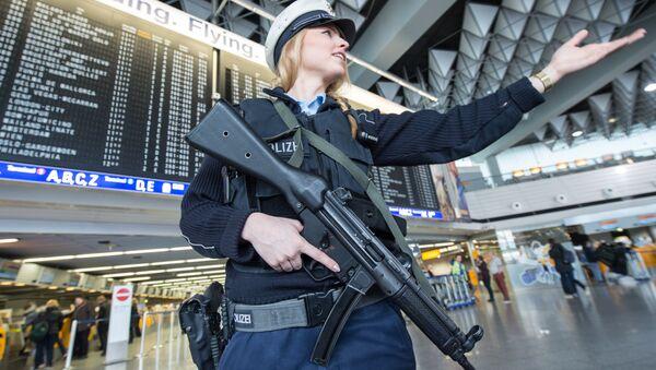 Almaniyanın Frankfurt Hava Limanında polis, arxiv şəkli - Sputnik Azərbaycan