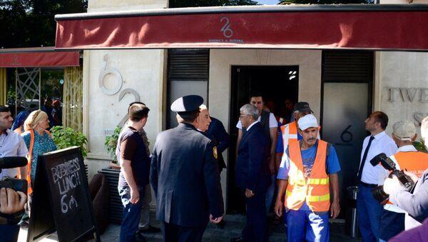 Демонтаж вывески кафе 26, Баку, 8 сентября 2017 года - Sputnik Азербайджан