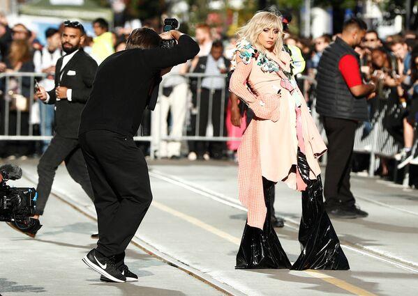 Свой фильм на TIFF привезла и Леди Гага. Документальная лента, посвященная певице, называется Гага: 155 см, ее официальная премьера прошла в Торонто. - Sputnik Азербайджан