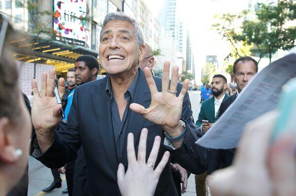 Последняя режиссерская работа Джорджа Клуни, фильм Субурбикон, также вошел в конкурсную программу кинофестиваля в Торонто. - Sputnik Азербайджан