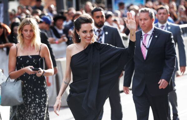 Анджелина Джоли приехала на Международный кинофестиваль в Торонто, чтобы представить свою новую режиссерскую работу, фильм Сначала они убили моего отца, рассказывающий о правлении красных кхмеров в Камбодже. - Sputnik Азербайджан