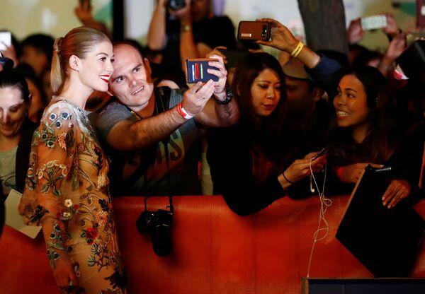 Британская актриса Розамунд Пайк перед премьерой фильма Недруги, состоявшейся на кинофестивале. - Sputnik Азербайджан