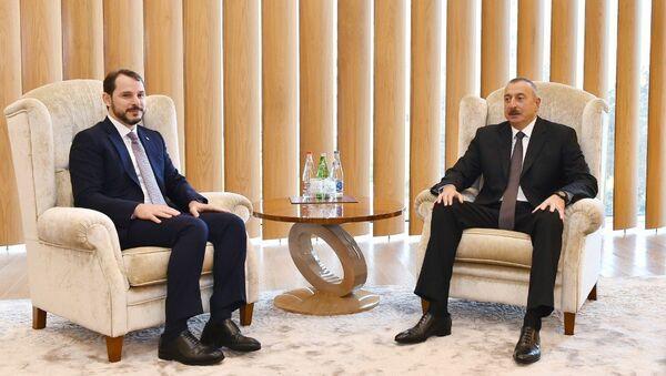 Президент Азербайджанской Республики Ильхам Алиев встретился с министром энергетики и природных ресурсов Турецкой Республики Бератом Албайраком - Sputnik Азербайджан