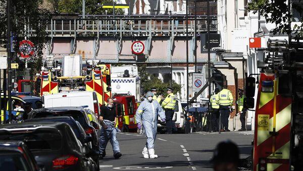 Офицеры полиции на месте взрыва в лондонском метро, 15 сентября 2017 года - Sputnik Азербайджан