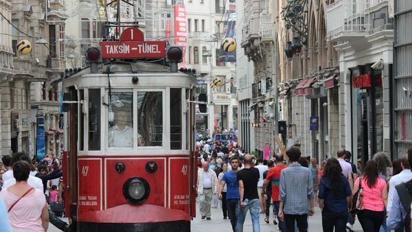 Люди на улице Истикляль в Стамбуле, фото из архива - Sputnik Азербайджан