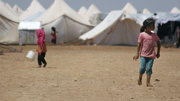 Дети в лагере беженцев в Джераблусе, провинция Алеппо, Сирия, 5 июня 2017 года - Sputnik Азербайджан