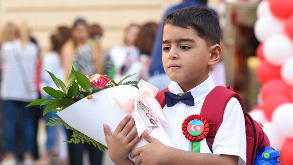 Первоклассник в День знаний в одной из школ Баку - Sputnik Azərbaycan