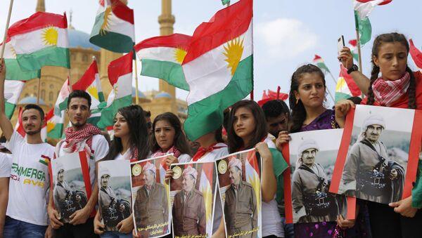 İraq Kürd Lideri Məsud Bərzani və atası Mustafanın plakatlarını tutan tərəfdarları, arxiv şəkli - Sputnik Азербайджан
