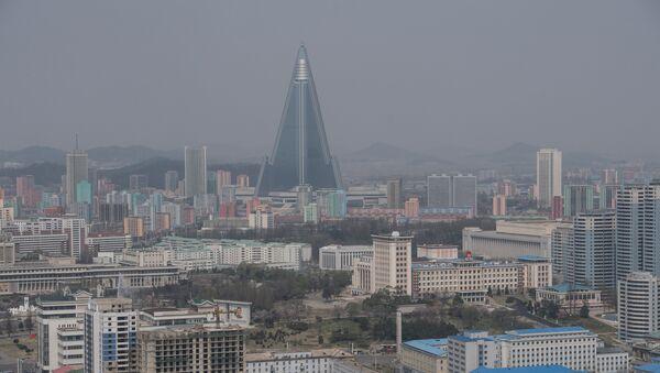 Вид на гостиницу Рюгён и жилые кварталы Пхеньяна со смотровой площадки монумента идей Чучхе, фото из архива - Sputnik Азербайджан