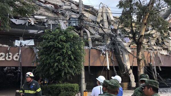 Жилой дом на улице Альваро Обрегон в Мехико, разрушенный в результате землетрясения - Sputnik Азербайджан