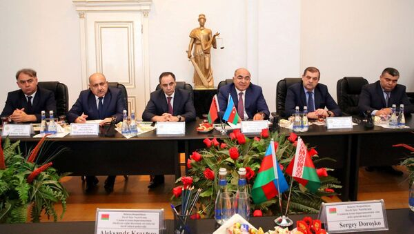 Глава пенитенциарной службы при министерстве юстиции АР Джейхун Гасанов (третий справа) во время встречи с белорусской делегацией - Sputnik Азербайджан