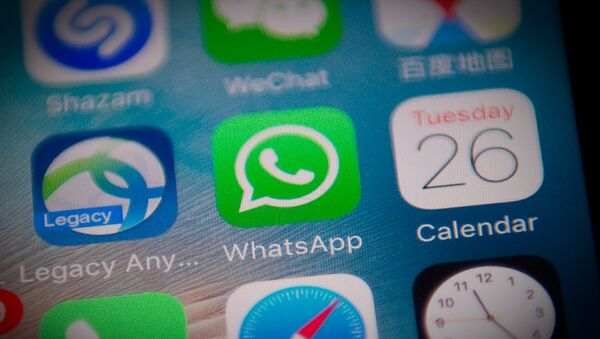 Иконка мессенджера WhatsApp на экране смартфона - Sputnik Азербайджан