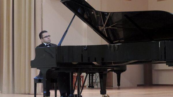 Президентский стипендиат, лауреат международных конкурсов, докторант консерватории Моцартеум в Зальцбурге Тогрул Гусейнли - Sputnik Азербайджан