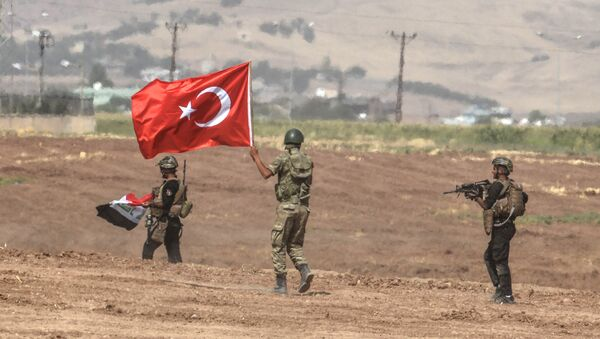 Солдаты с флагами Ирака и Турции в ходе совместных учений двух стран на турецко-иракской границе, 25 сентября 2017 года - Sputnik Азербайджан