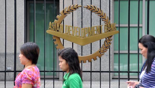 Эмблема Азиатского банка развития на воротах головного офиса банка в Маниле, фото из архива - Sputnik Азербайджан