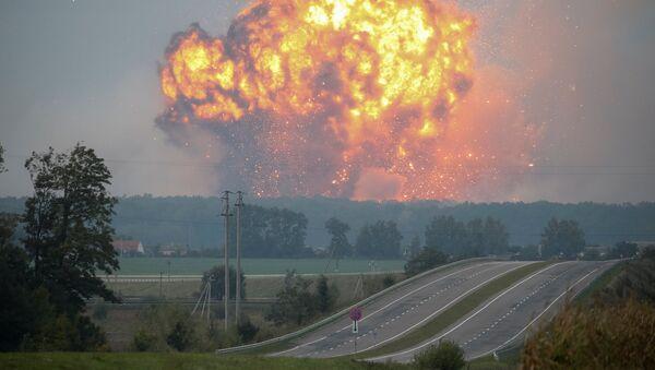 Дым и пламя над складом боеприпасов на военной базе в городе Калиновка в Винницкой области, Украина 27 сентября 2017 года - Sputnik Azərbaycan
