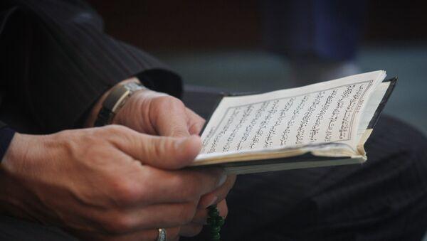 Мужчина за чтением Корана, фото из архива - Sputnik Азербайджан