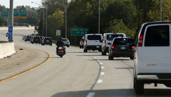 Сотрудники правоохранительных органов на мотоциклах сопровождают кортеж президента Дональда Трампа , 27 сентября 2017 года, в Индианаполис - Sputnik Azərbaycan