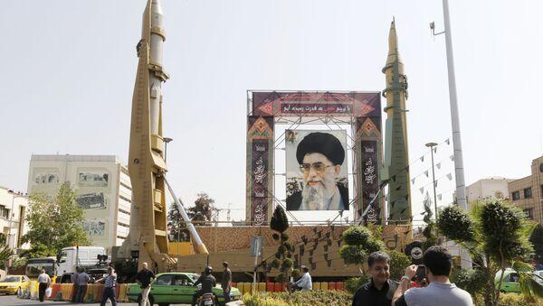 Баллистические ракеты средней дальности Sejjil (слева) and Qadr-H в Тегеране, 25 сентября 2017 года - Sputnik Азербайджан