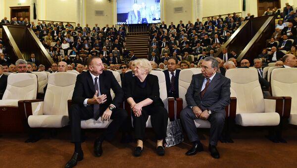 Президент Ильхам Алиев принял участие в церемонии прощания со всемирно известным азербайджанским ученым Лютфи Заде - Sputnik Азербайджан