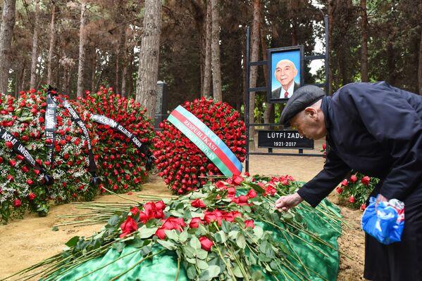 Могила профессора Лютфи Заде - Sputnik Азербайджан
