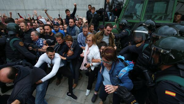 Столкновения между демонстрантами и испанской полицией в Каталонии, 1 октября 2017 года - Sputnik Азербайджан
