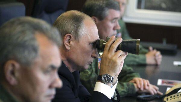 Президент РФ Владимир Путин во время инспекции действий вооружённых сил Союзного государства России и Белоруссии, фото из архива - Sputnik Azərbaycan