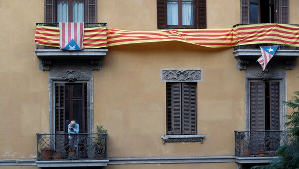 Мужчина курит на балконе своей квартиры в Барселоне, Испания, 2 октября 2017 года - Sputnik Азербайджан