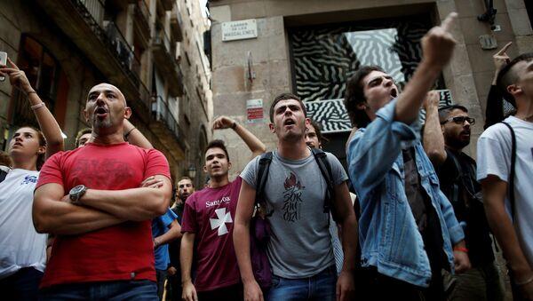 Демонстранты во время протеста против испанских сотрудников национальной полиции в Барселоне, Испания 2 октября 2017 года - Sputnik Азербайджан
