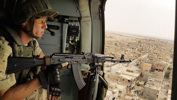 Военнослужащий российской армии в Пальмире, Сирия - Sputnik Азербайджан