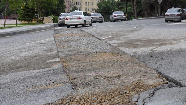 Состояние асфальтового покрытия на улице Мирали Сеидова - Sputnik Азербайджан