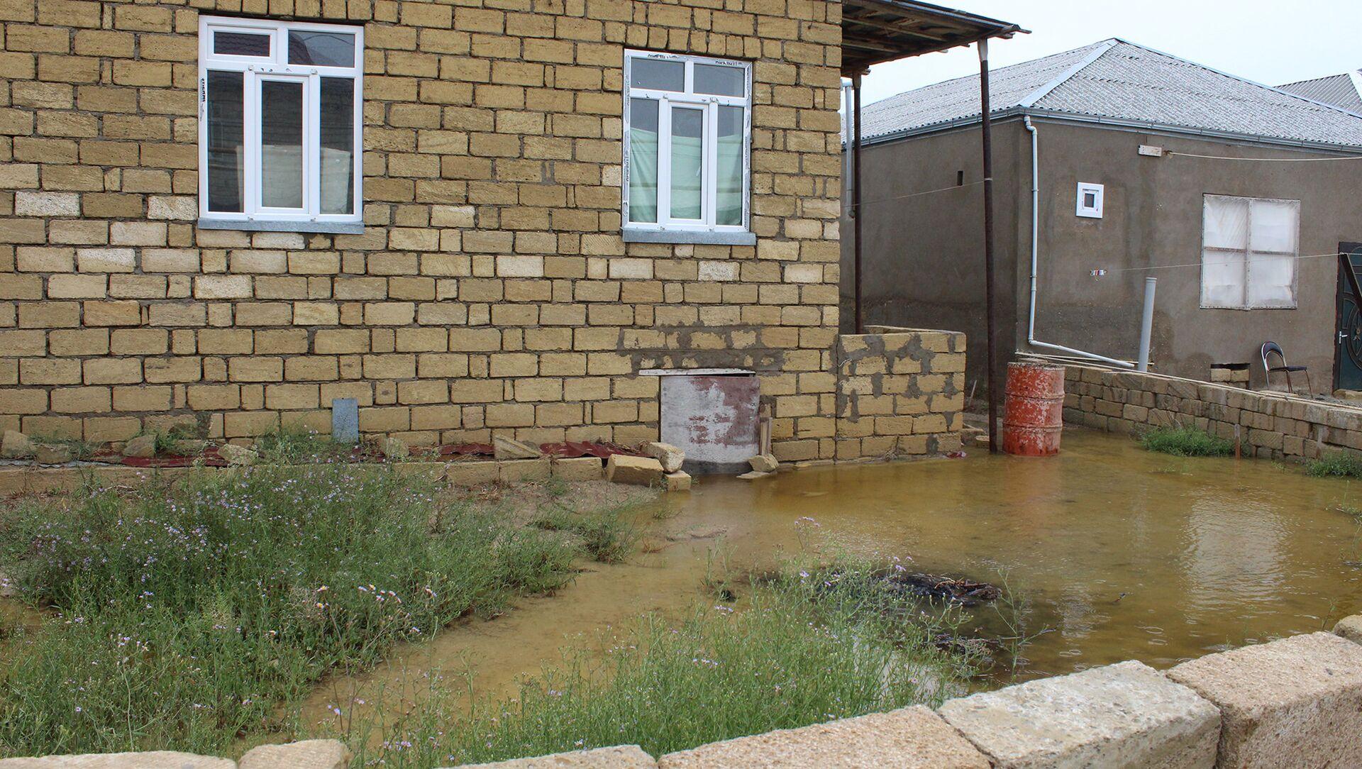 Quşçuluq massivində gölün daşması nəticəsində evləri su basıb - Sputnik Азербайджан, 1920, 26.09.2021