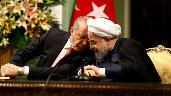 Президент Турции Тайип Эрдоган беседует с президентом Ирана Хасаном Рухани во время совместной пресс-конференции в Тегеране, Иран, 4 октября 2017 года - Sputnik Азербайджан