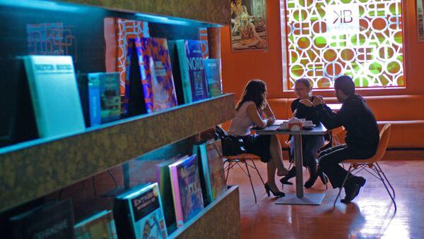 Молодежь в кафе, фото из архива - Sputnik Азербайджан
