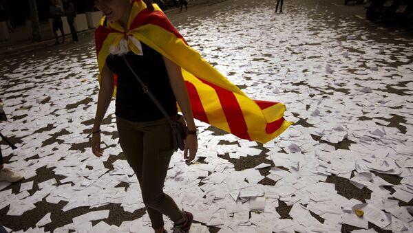 Девушка с Эстеладой — неофициальным флагом Каталонских земель, Барселона, Испания, 3 октября 2017 года - Sputnik Азербайджан