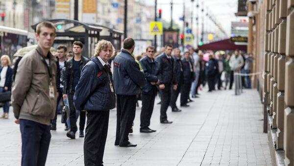 Сотрудники охраны стоят в кордоне в центре Санкт-Петербурга - Sputnik Азербайджан