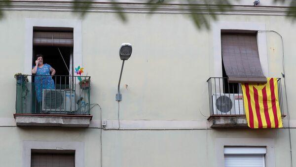 Неофициальный флаг Каталонии,, вывешенный на балконе одного из домов в Барселоне, 5 октября 2017 года - Sputnik Азербайджан