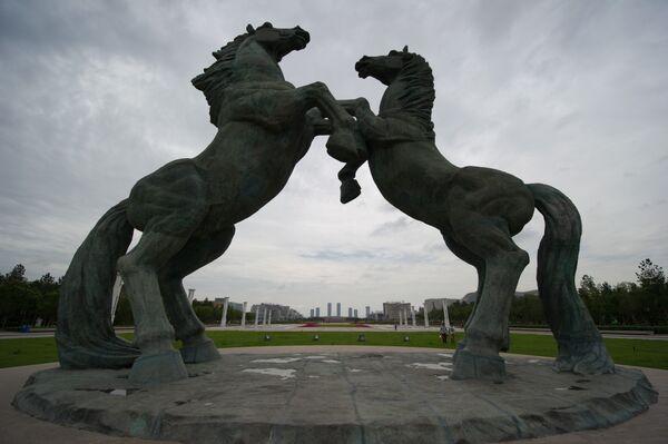 Фигуры коней на площади Чингисхана в Ордосе - Sputnik Азербайджан