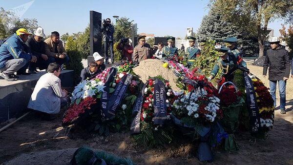 Вице-премьера Темира Джумакадырова похоронили на Ала-Арчинском кладбище - Sputnik Азербайджан