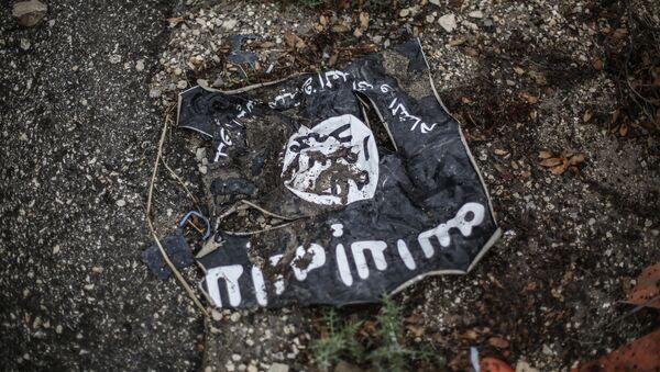 Флаг радикальной исламистской организации Исламское государство Ирака и Леванта на месте боев в провинции Латакия - Sputnik Азербайджан