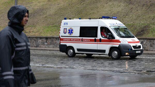 Машина Скорой помощи на месте взрыва в центре Киева - Sputnik Азербайджан