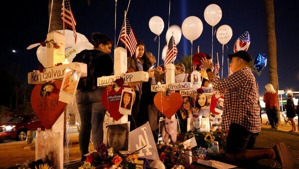 Люди поминают жертв теракта в Лас-Вегасе, 6 октября 2017 года - Sputnik Азербайджан