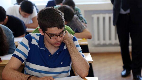 Студент в аудитории, фото из архива - Sputnik Azərbaycan