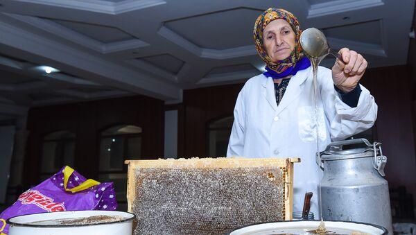 Ежегодная ярмарка меда в ТЦ Amay в Баку - Sputnik Азербайджан