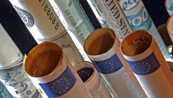 Доллары и манаты. Архивное фото - Sputnik Azərbaycan