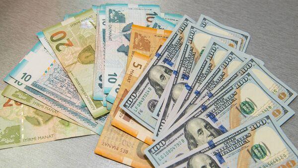 Доллары и манаты, фото из архива - Sputnik Азербайджан
