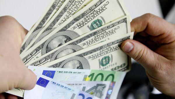 Доллары США и наручники, фото из архива - Sputnik Азербайджан