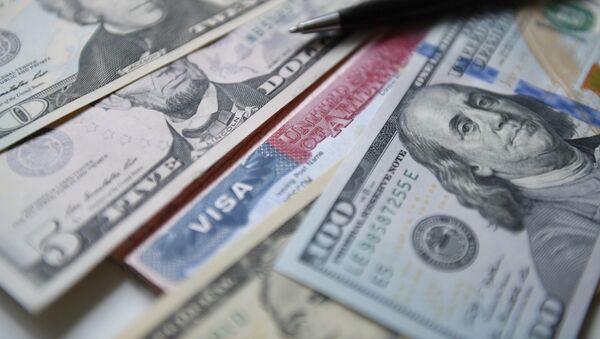 Денежные купюры США и американская виза, фото из архива - Sputnik Азербайджан